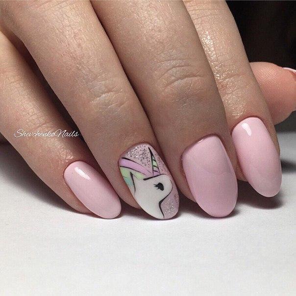 Нежно-розовый маникюр с симпатичным единорогом