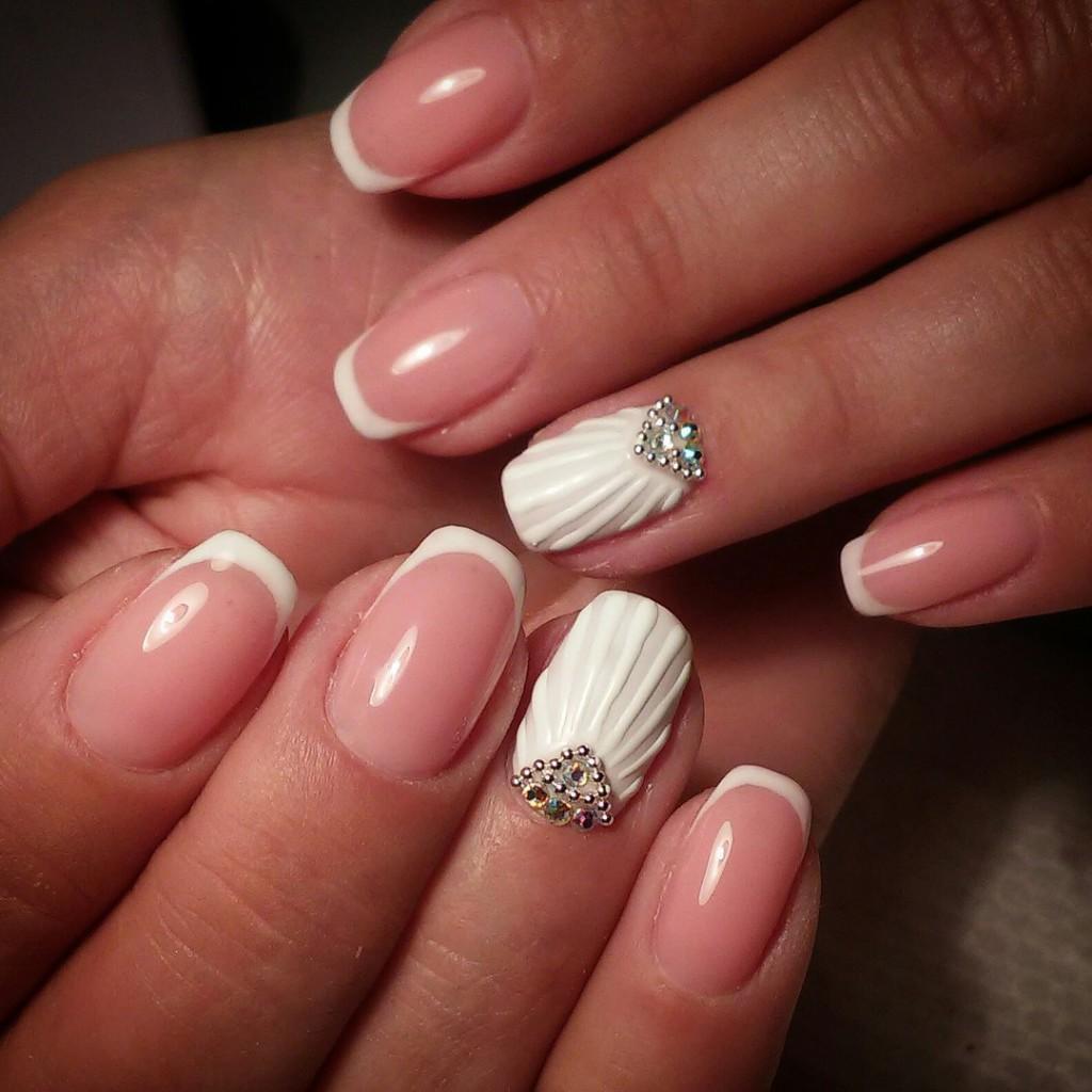 Белая ракушка на ногтях