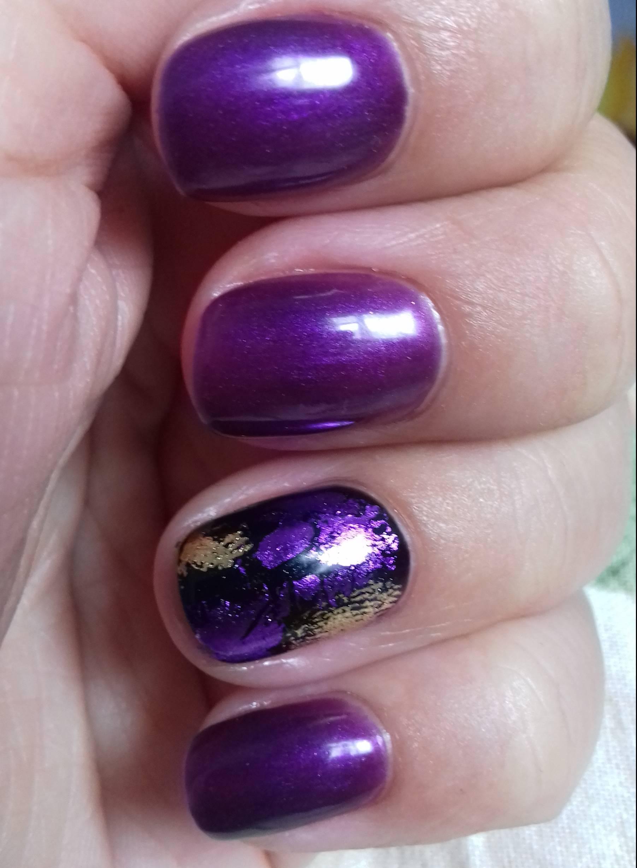 Фиолетовый маникюр с неровными узорами