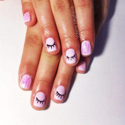 Розовый маникюр с ресничками