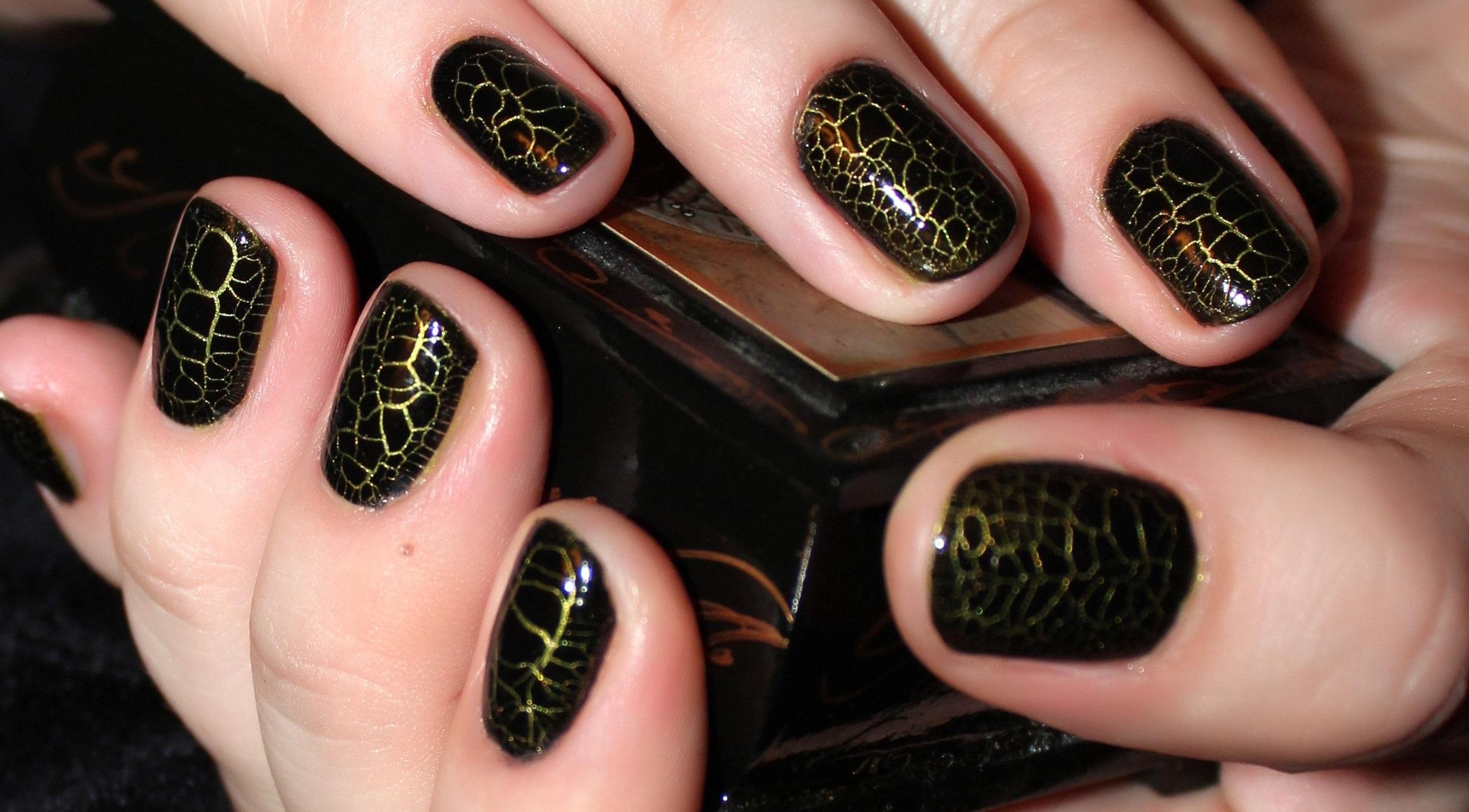 Контрастный дизайн ногтей лаком кракелюр