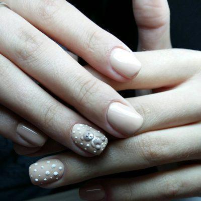 Объемный мишка на коротких ногтях