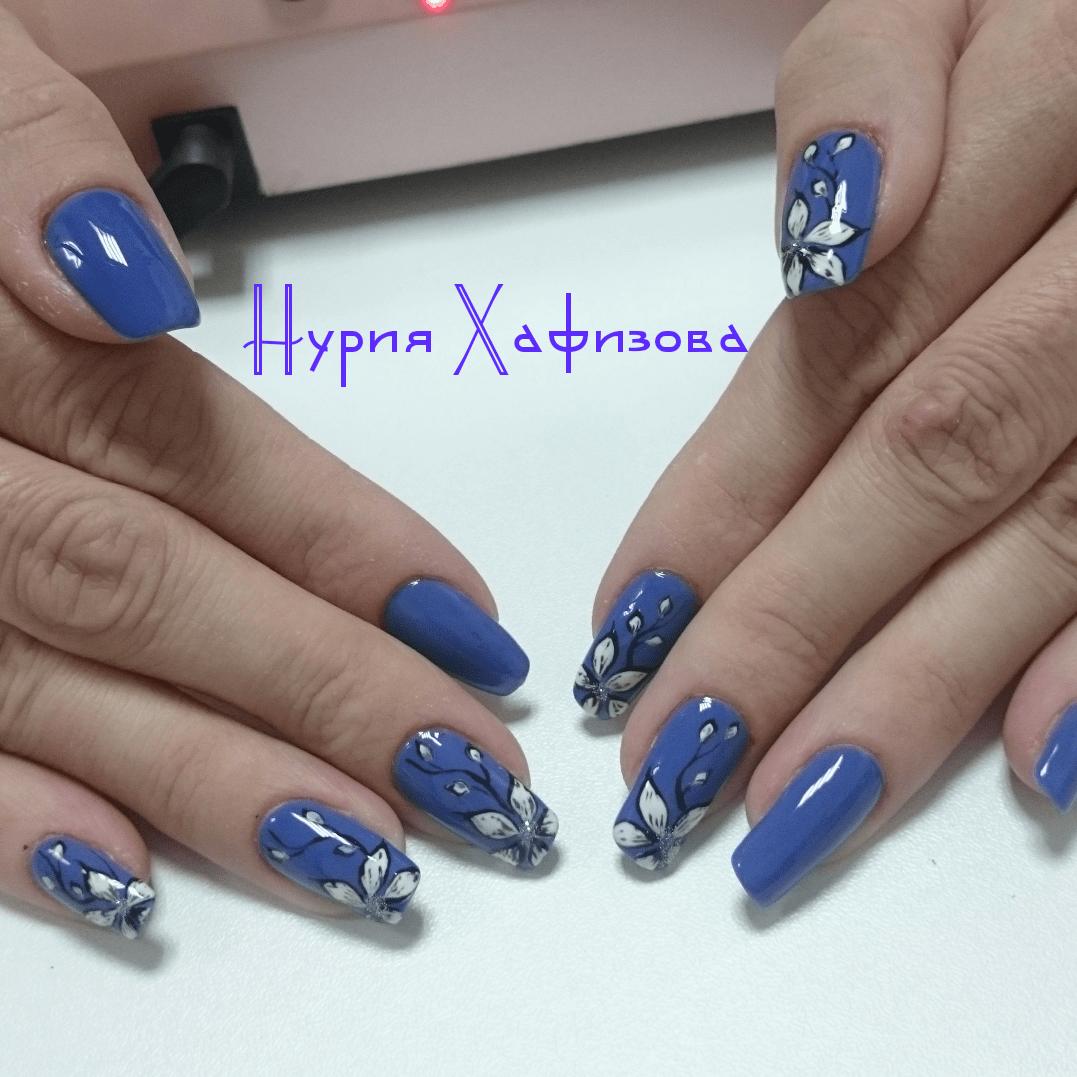 Красивые цветы на длинных синих ногтях