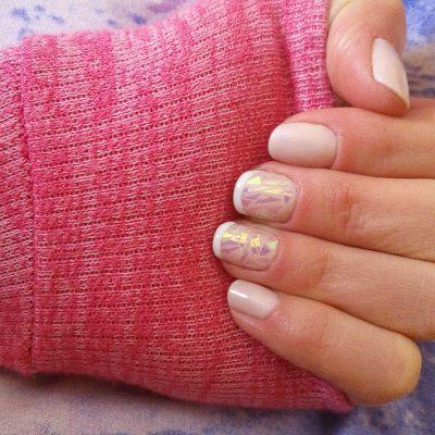 Маникюр «битое стекло» в розовом цвете