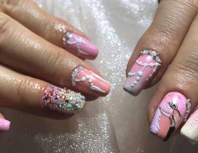 Сложный дизайн на розовых ногтях