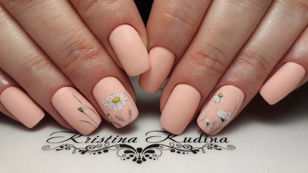 Летние ромашки на розовых ногтях