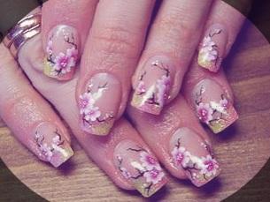 Цветущая сакура в розовом маникюре
