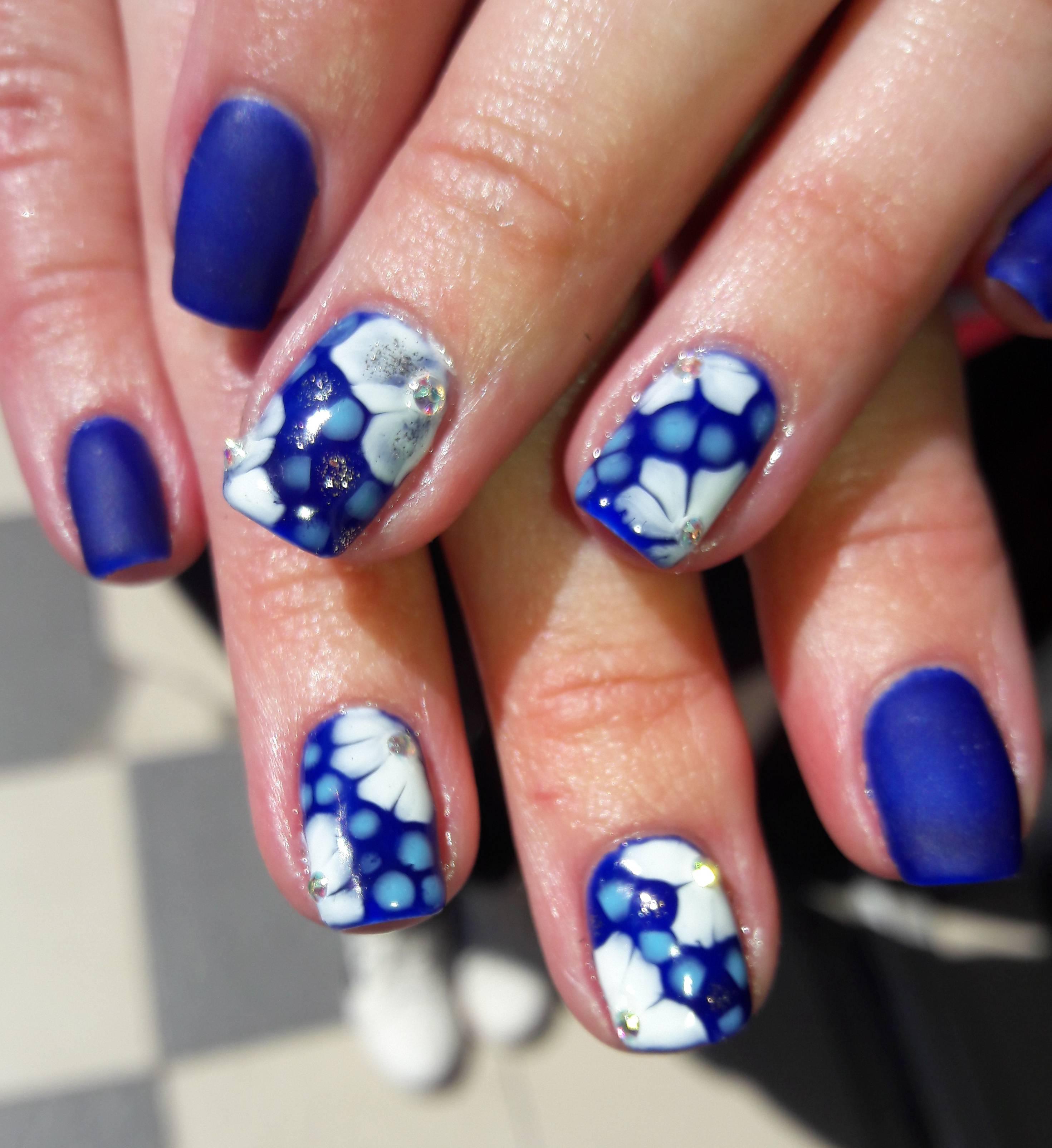 Красивый синий маникюр с полутонами