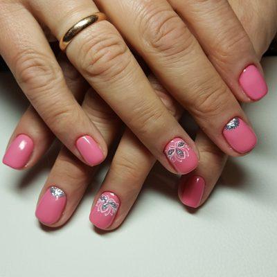 Розовый маникюр с блестящим декором