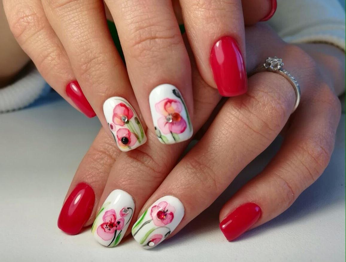 Маникюр с маками на ногтях