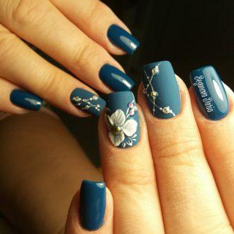 Серо-голубой маникюр с объемными цветами