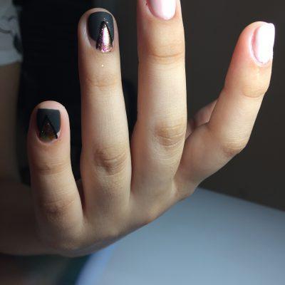 Стильный маникюр с блеском для коротких ногтей
