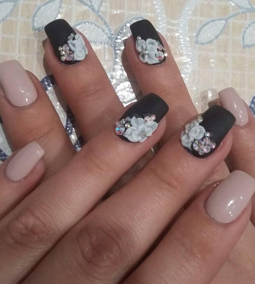 Белоснежная лепка на черных матовых ногтях