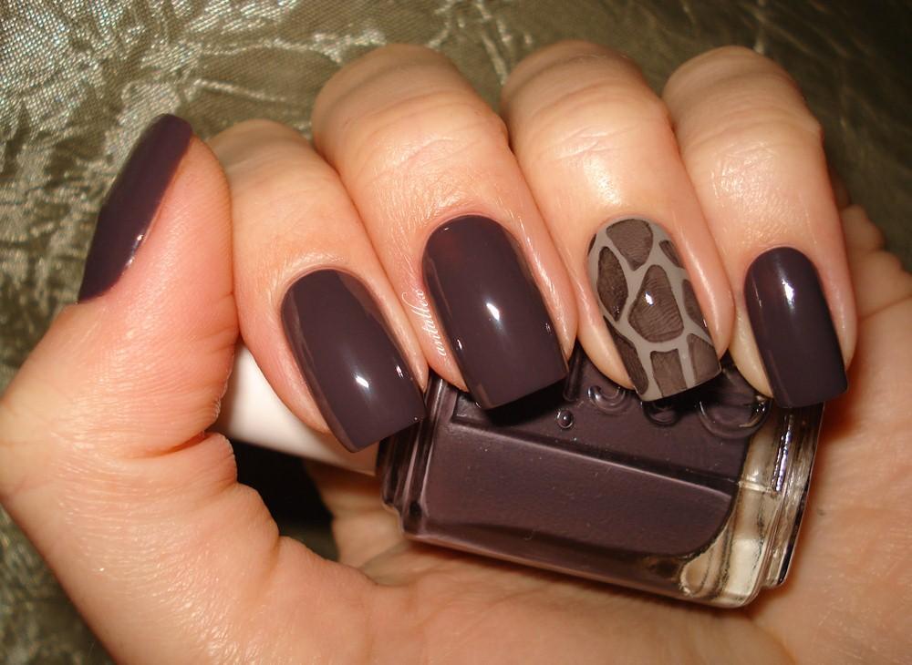 Маникюр на короткие ногти с темным лаком
