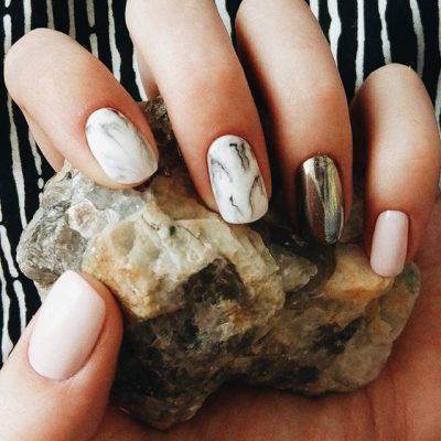 Мрамор и втирка на светлых ногтях