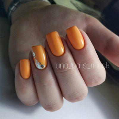 Оранжевые ногти с хлопьями юки