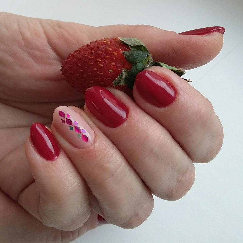 Красные ногти с ромбами