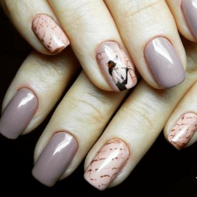 Кофейные ногти с газетным дизайном и росписью