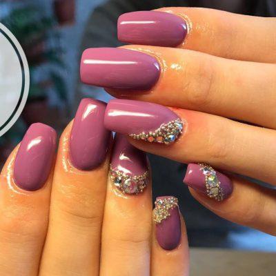 Стразы в фиолетовом маникюре на длинные ногти