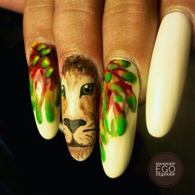 Роскошный лев на наращенных ногтях