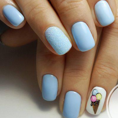 Голубой маникюр с мороженкой