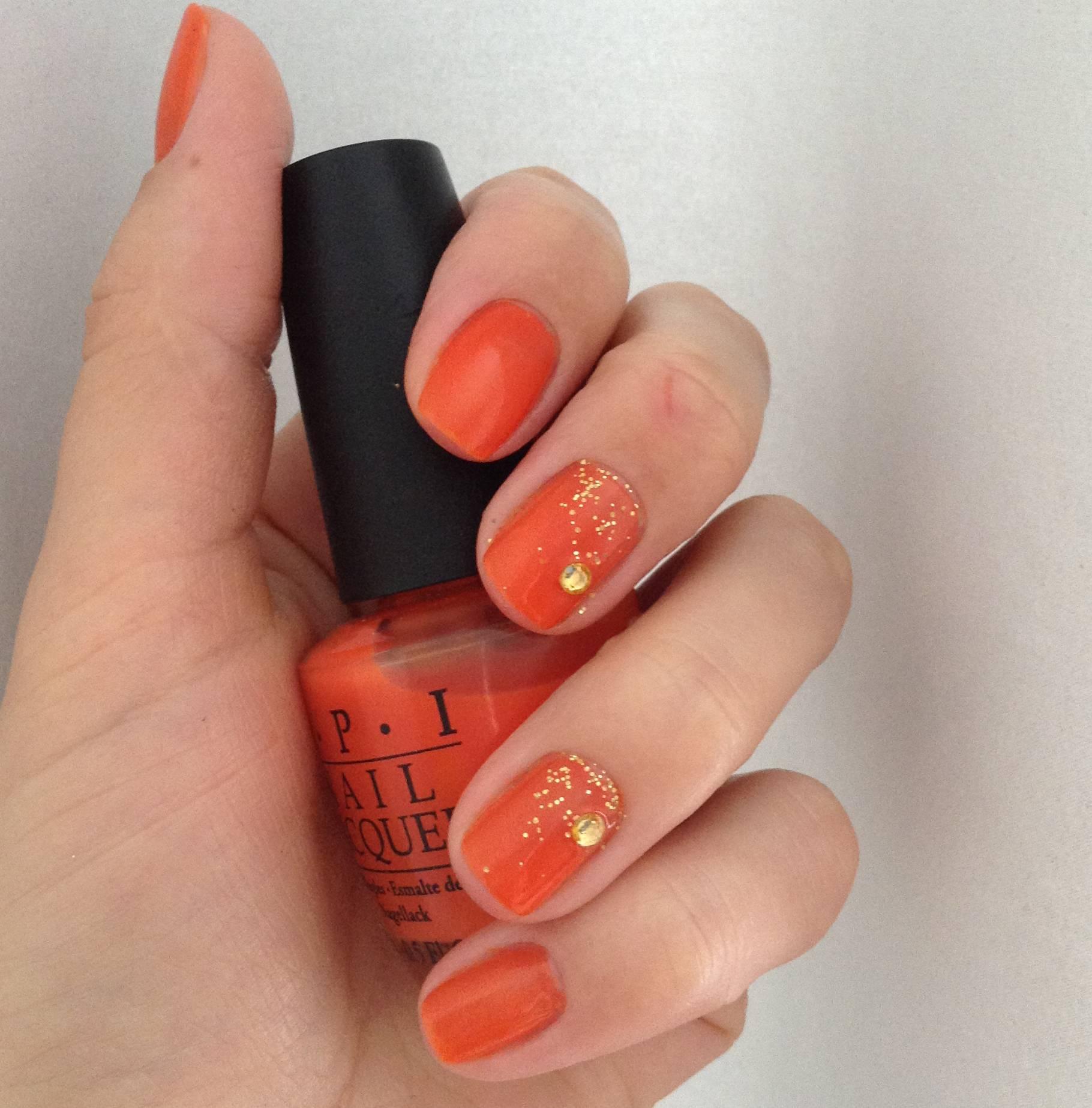 Маникюр оранжевым с блёстками