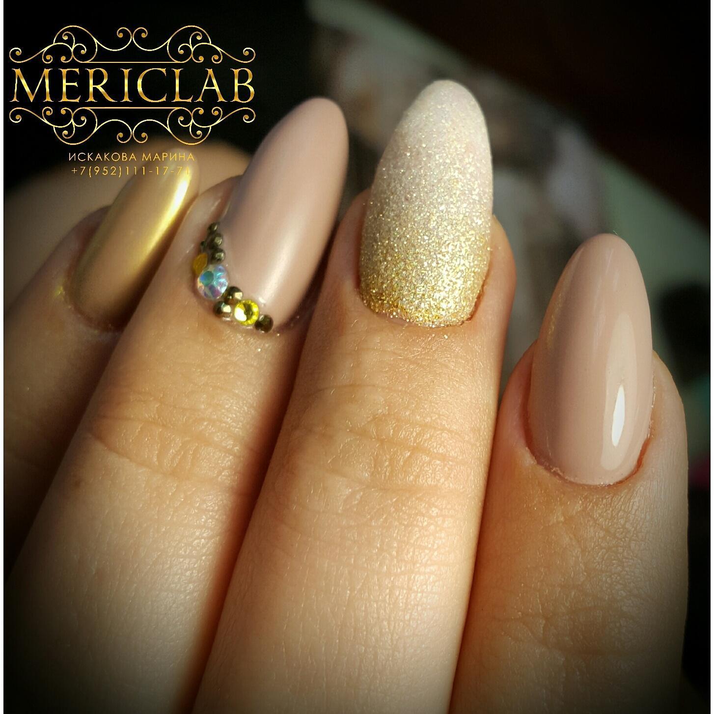 Беж и золотое омбре на длинных ногтях