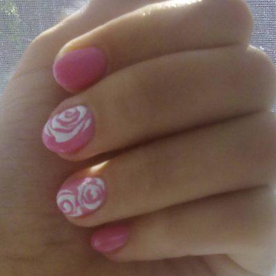 Белые розы на коротких ногтях