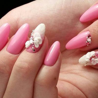Лепка в нежно-розовом маникюре