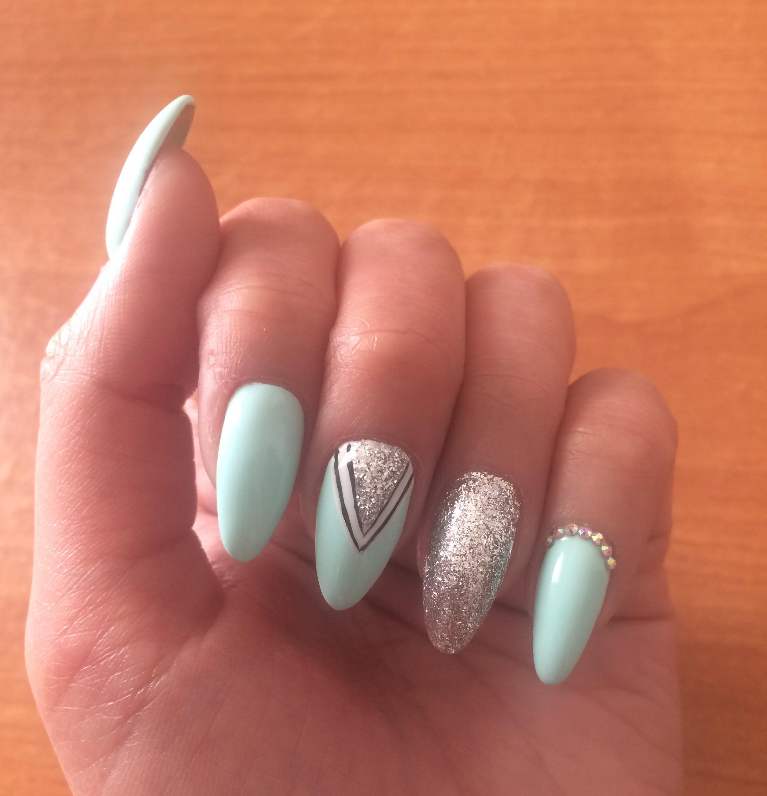 Блеск и геометрия на длинные голубые ногти