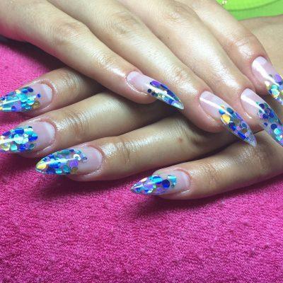 Аквариумный дизайн на голубых наращенных ногтях