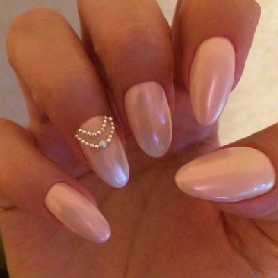 Розовый перламутр для свадебного маникюра