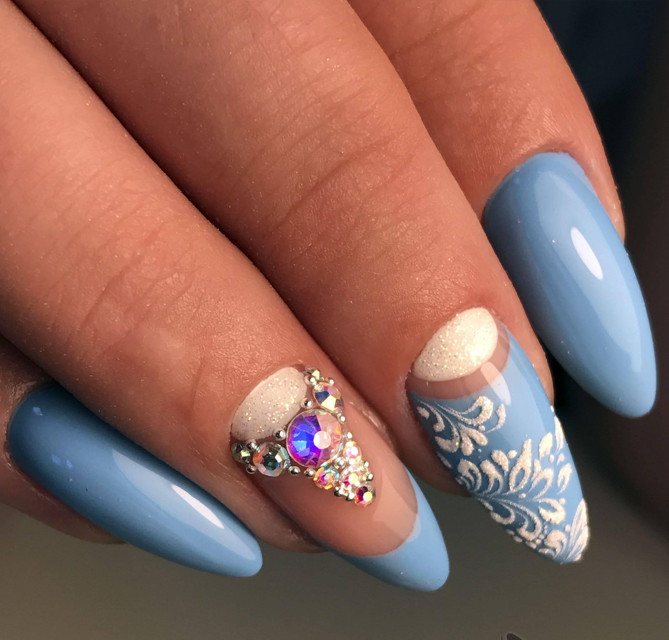Голубая нежность в маникюре на длинные ногти
