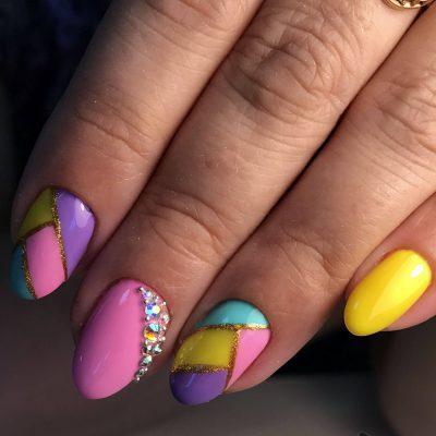 Разноцветный летний маникюр с блестками