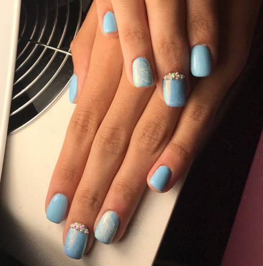 Голубой с белым маникюр