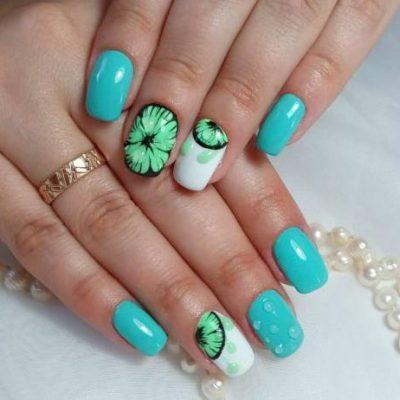 Яркое лето на голубых ногтях