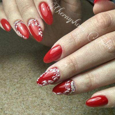 Красные ногти с ручной росписью