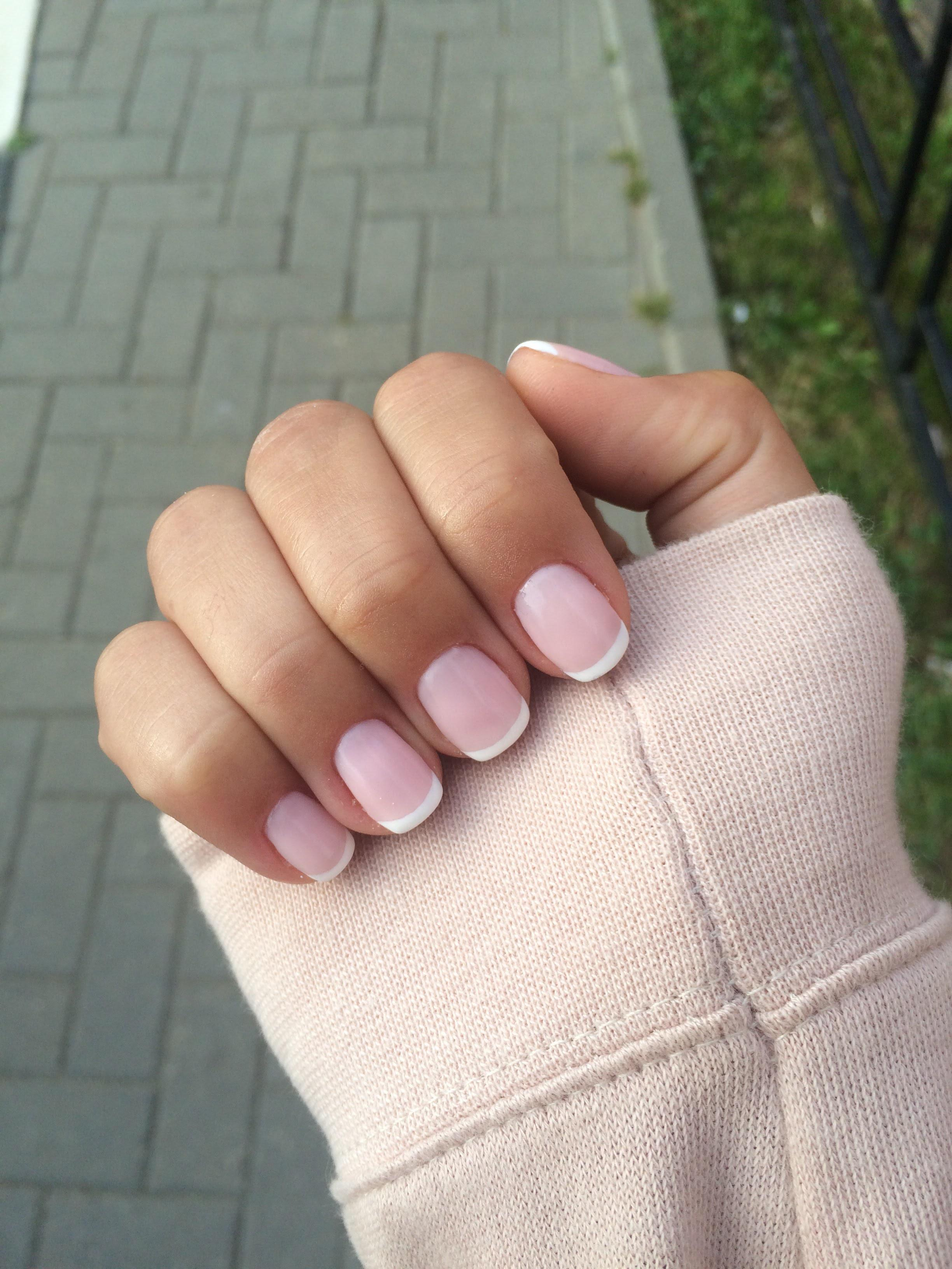 Позитивный розовый маникюр с френчем
