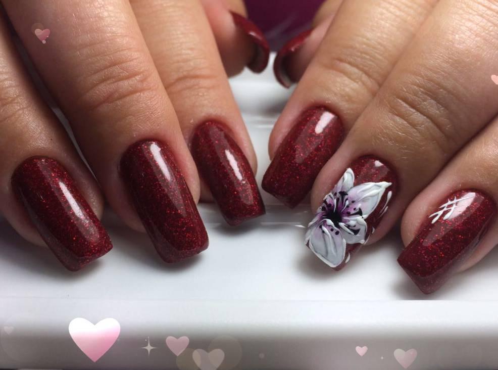 Роскошный цветок на бордовых ногтях