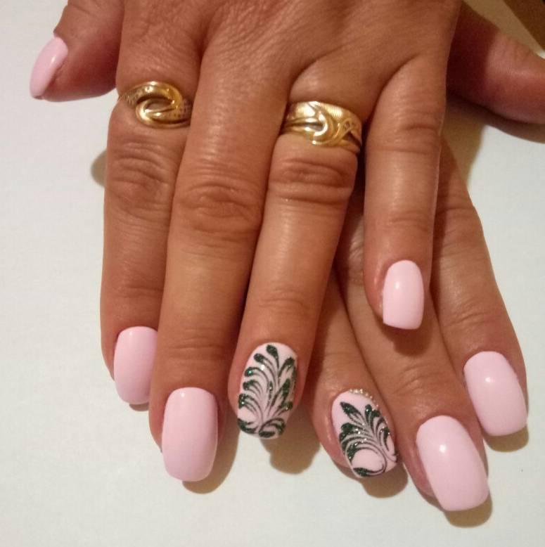 Черные ветви на розовых ногтях