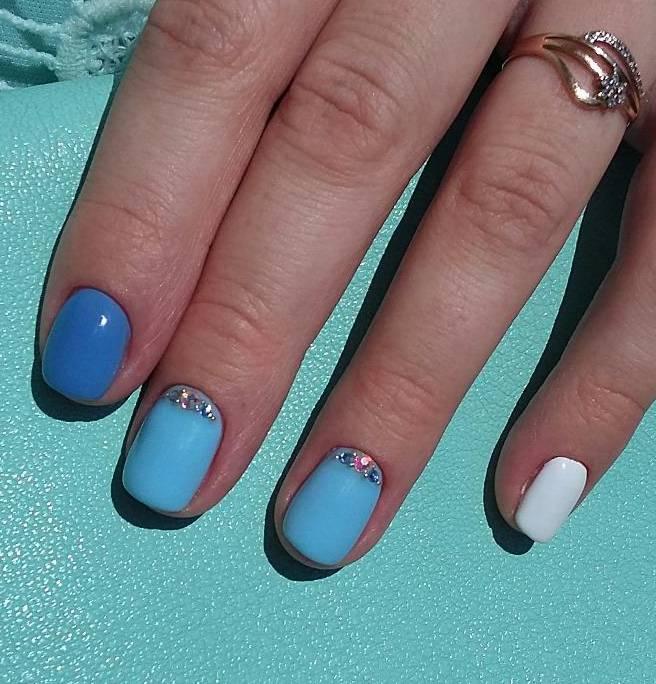 Голубой маникюр на средние ногти