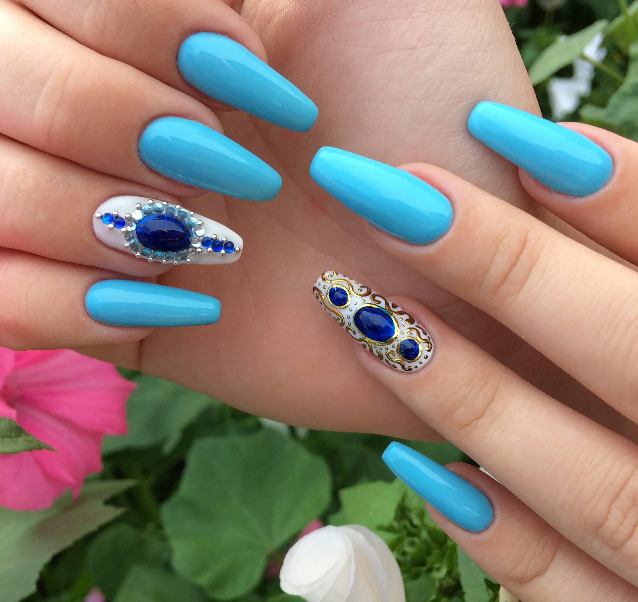 Жидкие камни в голубом маникюре