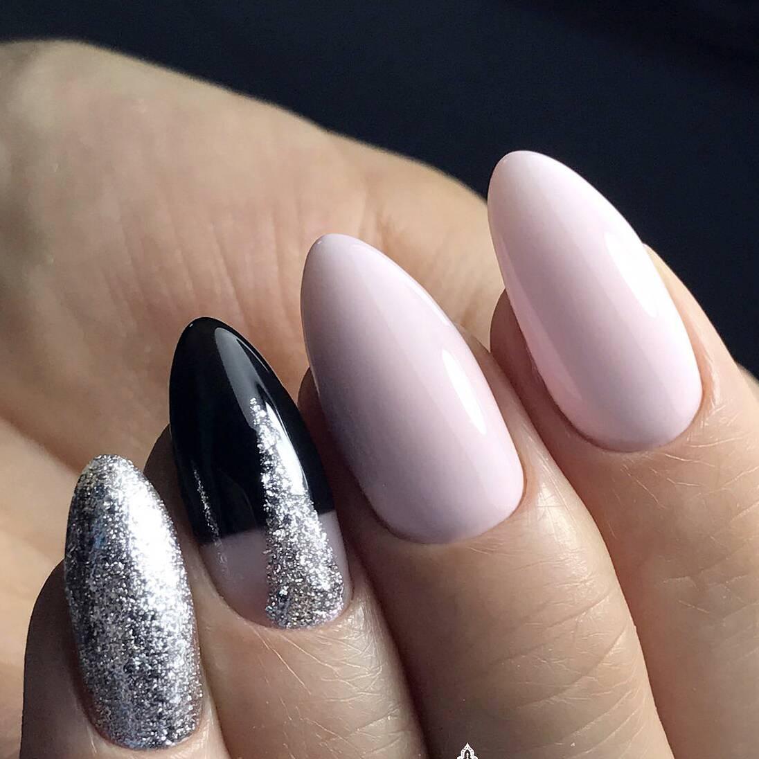 Серебро в черно-розовом маникюре