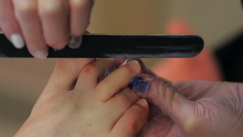 Оформление ногтя при комбинированном педикюре
