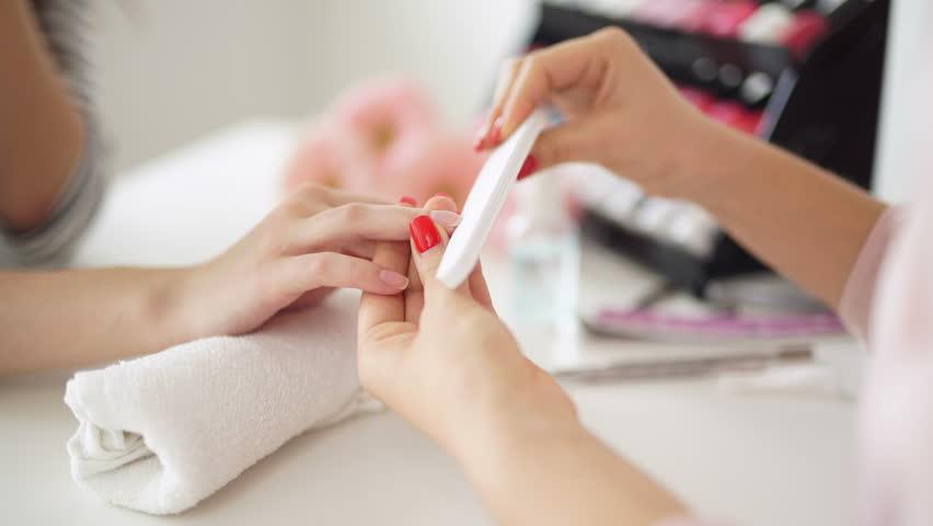 Придание ногтю нужной формы при коррекции