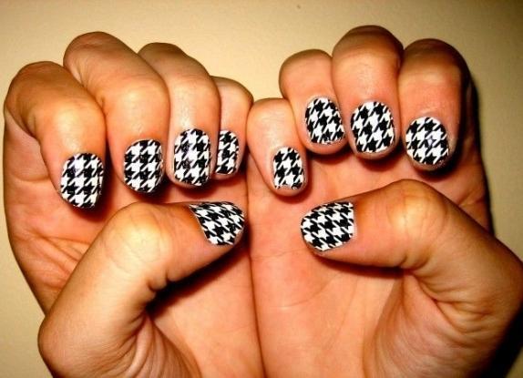 Маникюр с наклейками для коротких ногтей