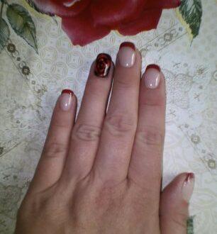 Осенняя роза в маникюре с френчем