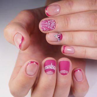 Ручная роспись в розовом маникюре