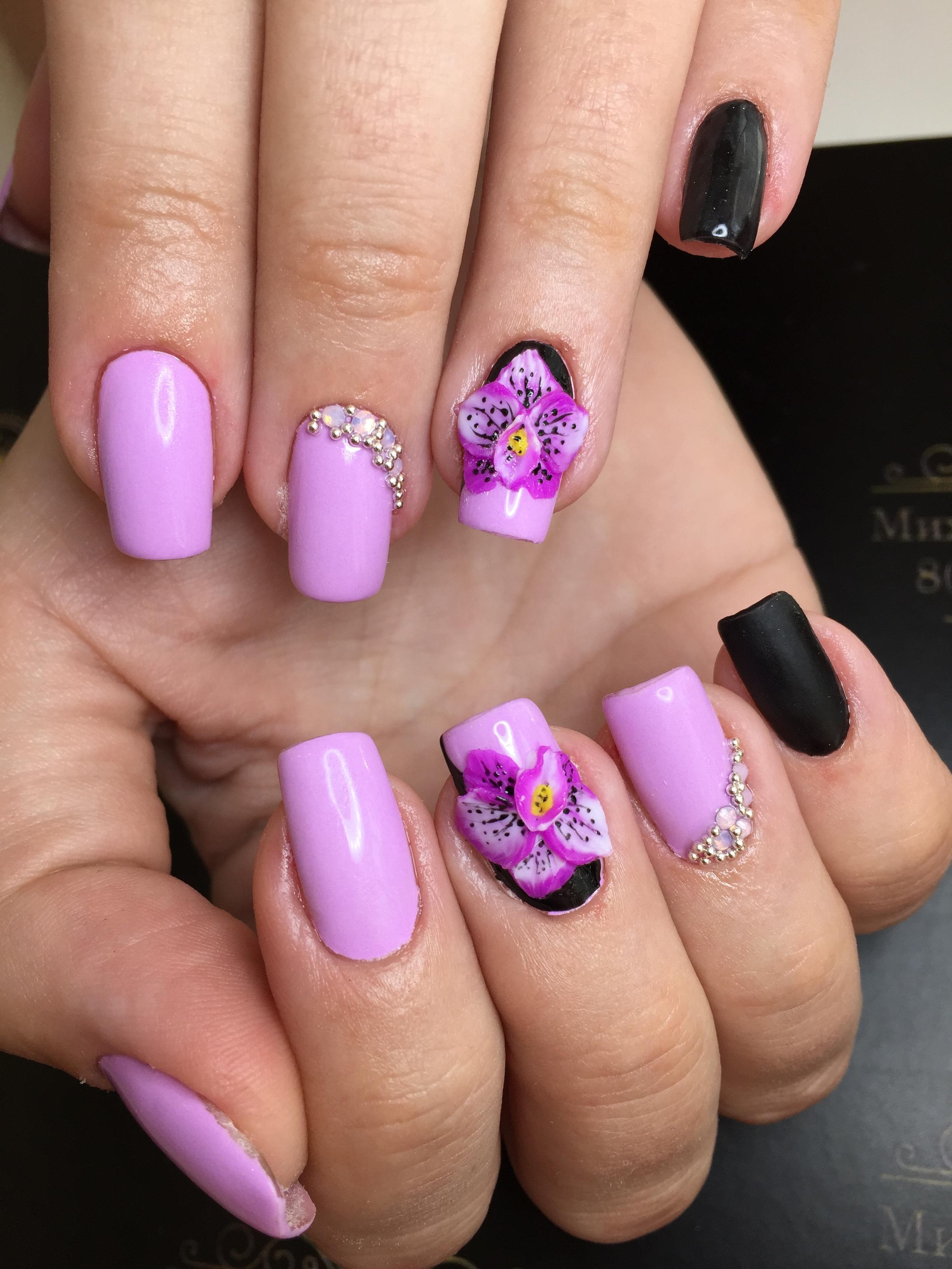 Объемные цветочки в фиолетовом маникюре