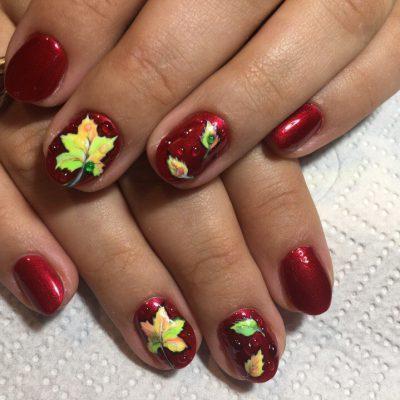 Бордовый осенний маникюр с листьями